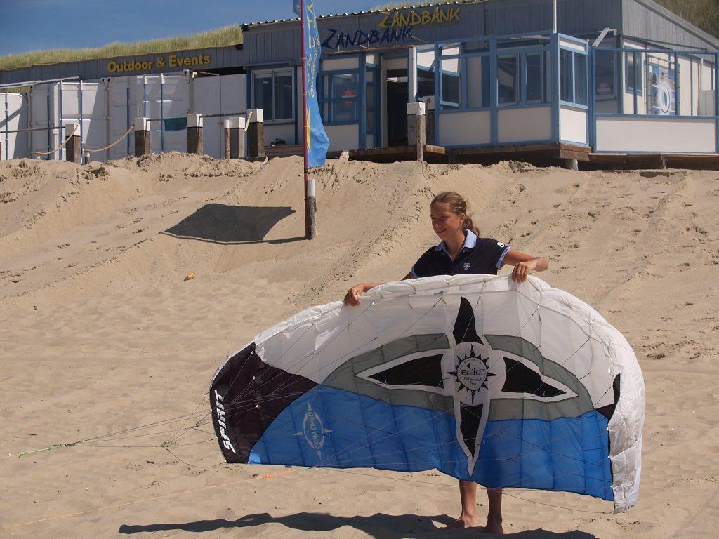 Powerkiten de vliegerclinic op strand Paal 17 Texel voor bedrijfsuitje en groepsuitje bij Zandbank Texel