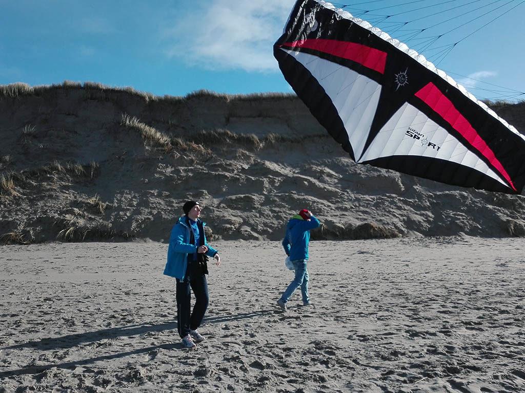 Powerkiten en Coastraften op het strand van Texel voor bedrijfsuitje, groepsuitje, schoolreis, teambuilding op Texel, actief op Texel