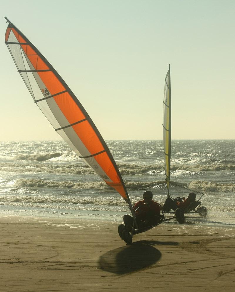 Blokarten (strandzeilen) en Powerkiten op het Texelse strand bij Zandbank Texel voor bedrijfsuitje of groepsuitje, actief op Texel