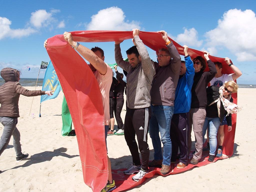 Beachbattle Zandbank Texel zeskamp strand - groepsuitjes bedrijfsuitjes schoolreis en teambuilding Texel - strand Paal 17 Actief op Texel
