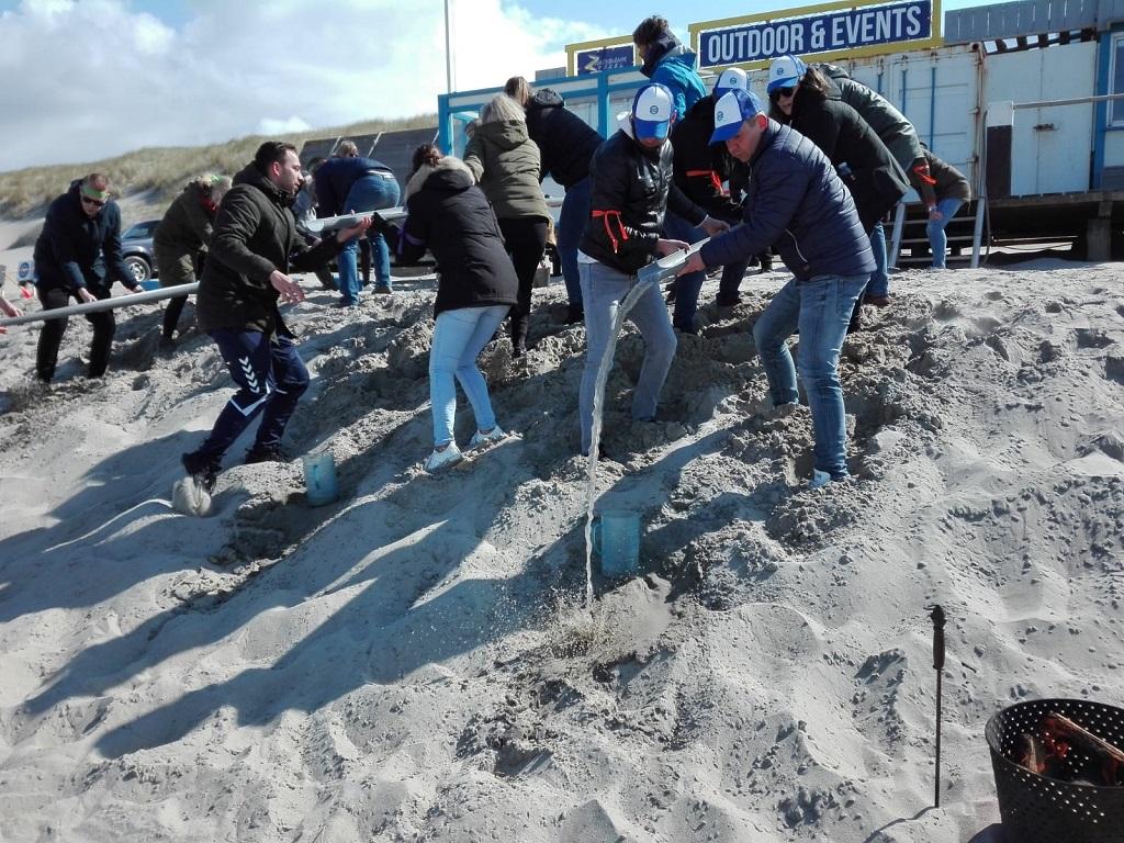 Expeditie Robinson op strand Texel - bedrijfsuitje groepsuitje teambuilding Zandbank Texel Actief op Texel